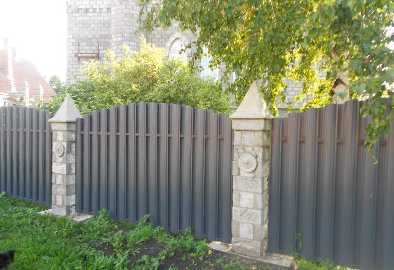 Фото изгороди из штакетника узкого высотой 2м